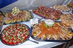 Gefüllte Tomaten, Fisch-, Schinken- und Salamiplatte