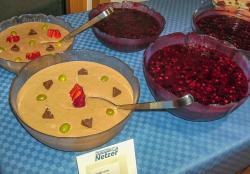 Mousse und rote Grütze