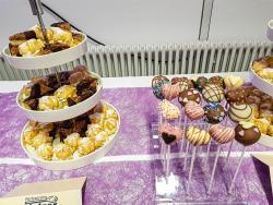 Hausgemachtes Gebäck, Cake pops bunt garniert