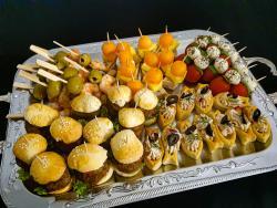 Garnelen-, Hähnchen-Frucht, Tomaten-Mozzarella-, Mini-Burger-Spieß, Blätterteigfischen mit Lachsmousse