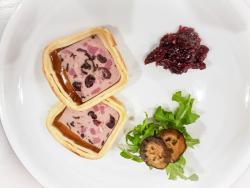 Pastete von Ent mit Pistazie, an Cranberry-Chutney und schwarze Nüsse