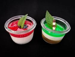 Panna cotta mit Fruchtsoße und Mojito-Dessert