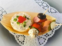 Brötchen mit Liptaueraufstrich,  Kaminwürzer-, Wienerle- und Tomaten-Mozzarella-Spieß