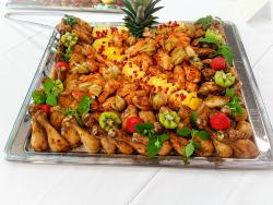 Hähnchenkeulen und Chicken wings mit Ananas