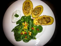 Vegetarische Brutzelkartoffel mit Spinatsalat und Dipp