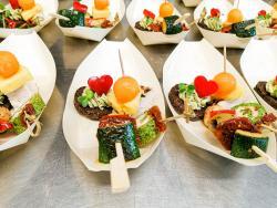 Pumpernickel mit Basilikumkrem, Hähnchen-Fruchtspieß, Antipasti-Spieß, Lachsröllchen