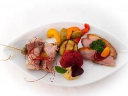 Vitelloröllchen, Entenbrust mit Dipp, Grillgemüse und Rote Bete Küchle