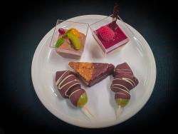 Toblerone Mousse, Bayrisch Krem mit Himbeersoße, Nussecke und Schoko-Fruchtspieße
