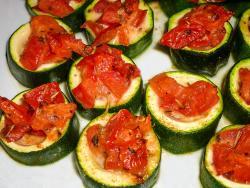 Zucchini mit Tomaten-Greyerzerfüllung