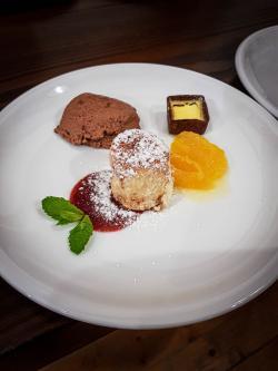 Orangen-Crème brûlée, Mousse au chocolat und Zwetschgenbuchtel