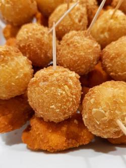 Mandelbällchen-Nuggets-Spieße