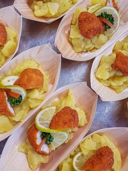 Hausgemachter Kartoffelsalat mit Hähnchenschnitzelchen