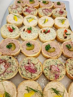 Salami-, Schinken- Lachs- und Kalbfleischkrem Aufstrich, bunt garniert